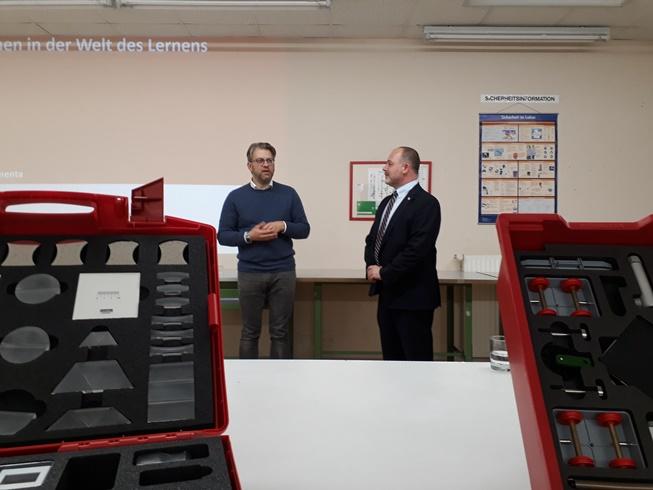 """Scheckübergabe Projekt """"Roberta"""" des Herwegh-Gymnasiums"""
