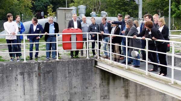 """Der Betriebsleiter der Oberflächenwasser-Aufbereitungsanlage (OWA) Tegel, Maik Muß, 8. v.r.), erläuterte, wie die Grobstoffe aus dem Wasser des Nordgrabens """"vorsortiert"""" werden."""