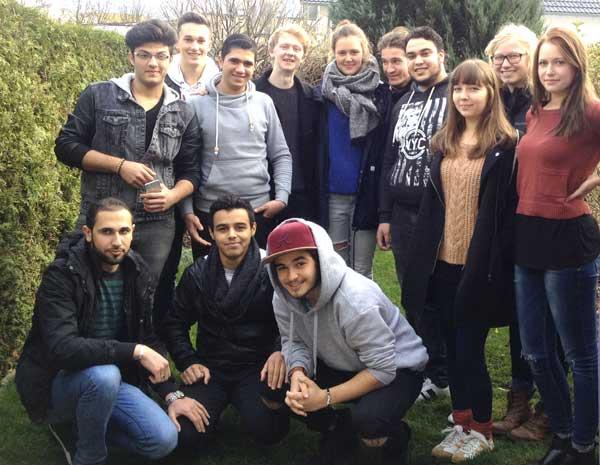 Das STF-Team um Joshua Kriesmann (hinten, 4. von links) schafft Begegnungen mit Geflüchteten