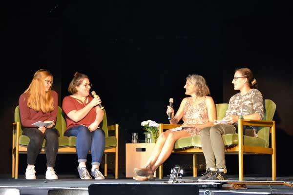 Kinder- und Jugendbuchautorin Martina Wildner mit Schülerinnen der Katholischen Schule Salvator